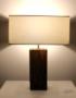 Lampe en bois design de chêne et abat-jour carré  blanc épuré